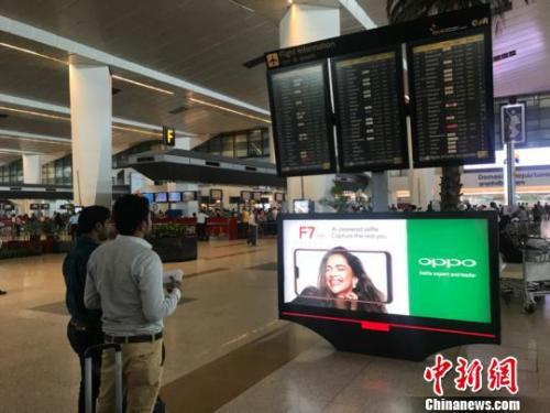在新德里机场的oppo广告牌 蔡敏婕 摄