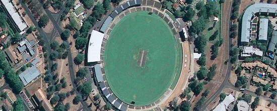 GeoEye-1拍摄的50厘米分辨率照片。上图为美国俄亥俄州游乐园,下图为澳大利亚堪培拉市体育场。