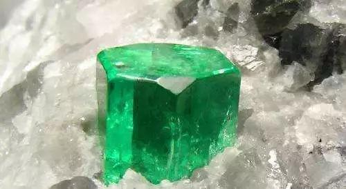 3-天然綠色藍寶石單晶,爲自形晶(圖片來源:百度圖片)