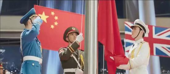 """香港回歸交接儀式(圖片來源:電影《我和我的祖國》之""""回歸"""")"""
