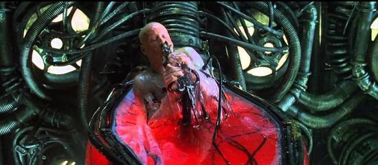 曾在演讲中掏出腌鱼的英国新首相,这次谈脱欧又抱起一只鸡