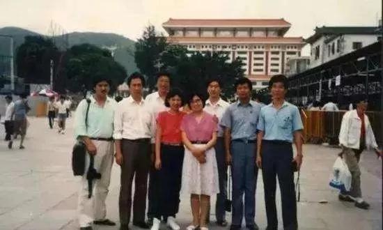 图:1988年初来深圳的郭台铭(左二)