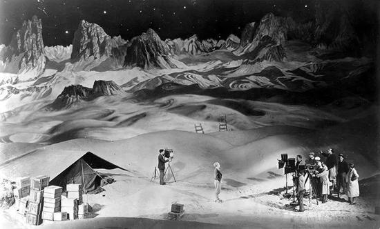 1929年,导演弗里茨·朗正在拍摄《月中女》(Woman in the Moon)。