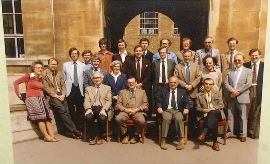 Goodenough(前排左二)与同事合影,摄于1982年牛津大学。