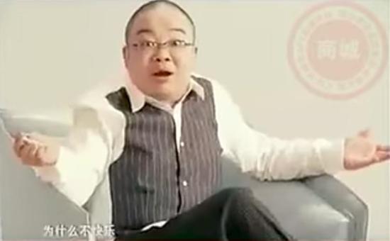 """▲十年前的电视广告,一个中年男子告诉你用了电子烟之后他不再想吸烟了,再出现好几个""""外国专家""""说这是最新尖端研究成果。但相比而言,目前电子烟的消费者更年轻"""