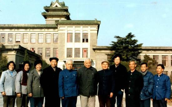 1986年第一届全国松材线虫会议,在场的11位几乎就是当时中国所有的植物线虫学家了。(右三就是在紫金山首次发现松材线虫的程瑚瑞教授) 图片来源:南京农业大学植物病原线虫实验室