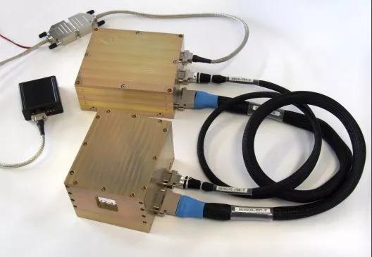 两个盒子分别是月表中子及辐射剂量探测仪的传感头和电子单元。来源:[7]