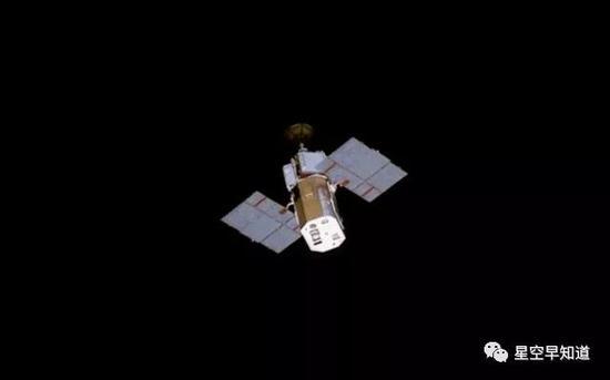 """从航天飞机上看到的""""太阳极大年使者""""(SMM)探测器来源:NASA"""