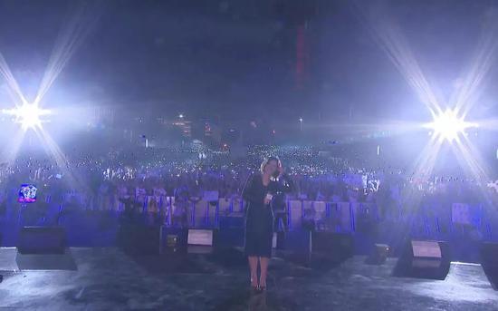 一发在2017斗鱼嘉年华上唱歌后,和前来的粉丝合影
