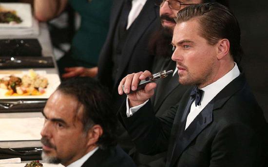 ▲区别于香烟,电子烟在英文中的名称为 Vape,而抽电子烟的也被称作Vape一族。图为著名影星莱昂纳多正在吸食电子烟
