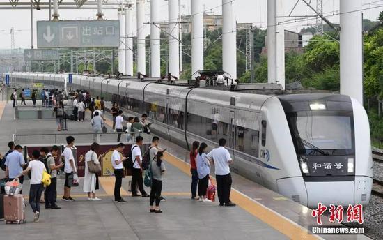 资料图:乘客排队等候上高速列车。