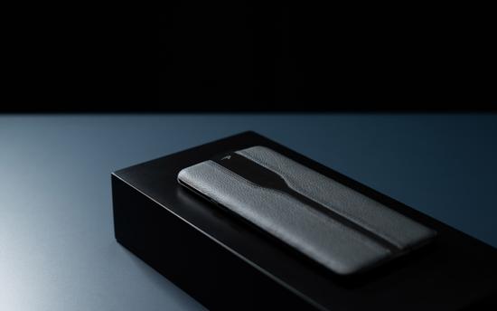 一加概念机ConceptOne黑色真机现身:摄像头完全隐藏