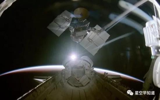 迎着地平线上的第一缕阳光,重获新生的SMM卫星离开航天飞机机舱,重新进入太空 来源:纪录片《The Dream Is Alive》画面截图