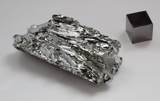 ▲钼晶体碎片和高纯度钼单晶对比(来源:wiki)