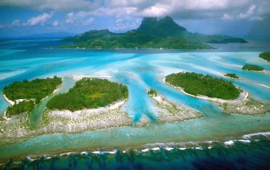 位于太平洋东南部的波拉波拉岛上蓝色的潟(xì)湖,这里的潟湖是指珊瑚环礁所围成的水域  Makemake / Wikimedia Commons