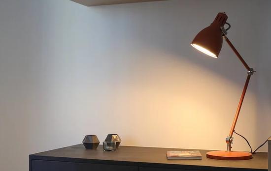 8款护眼灯对比:绿动力LED充电台灯照度未达宣称等级