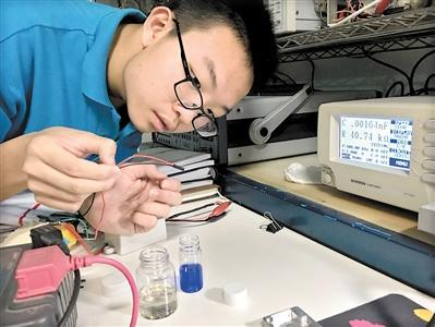 在晨天实验室测试验证一个新的发明:热式液体传感器。