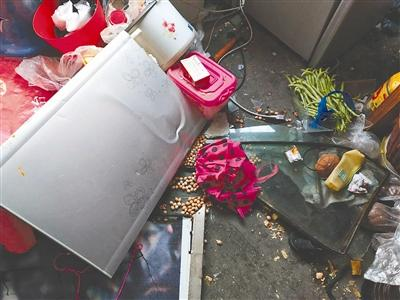 康佳冰箱睡梦中突然爆炸 玻璃震碎女子腰部受伤