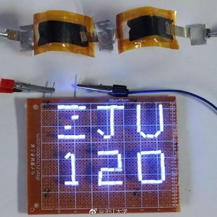 """铝-石墨烯电池点亮了印有""""ZJU120""""的LED灯串"""