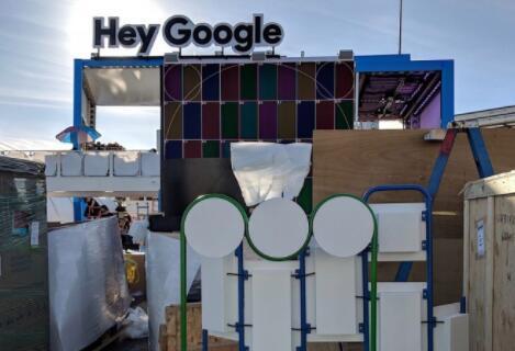 """谷歌展台已悬挂上""""嘿,谷歌""""标识牌"""