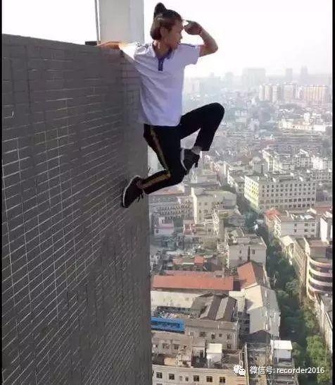 吴永宁微博里留下的最后一个视频。他单臂挂着,一只手搭凉棚远眺前方。