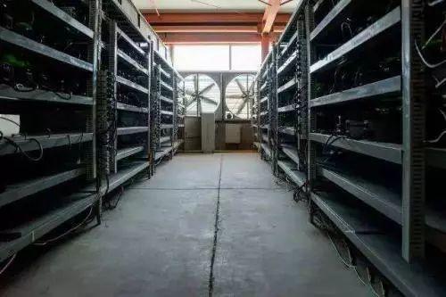 (图:比特大陆鄂尔多斯矿山中的比特币采矿机架 来源:QUARTZ)