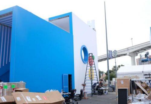 谷歌展台仍在搭建中