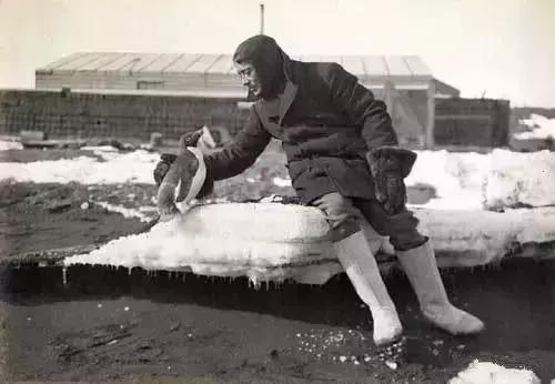 乔治·默里·列维克与一只阿德利企鹅。图源:Anotaciones al margen