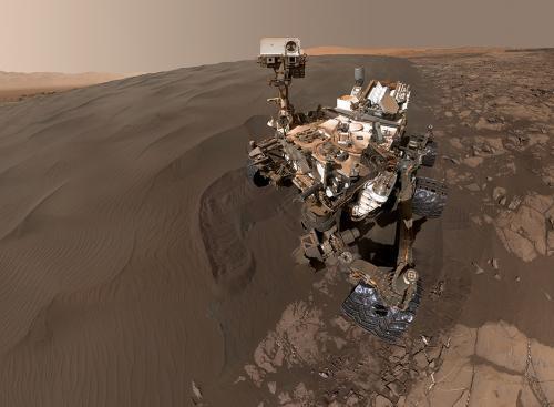 """资料图:2016年1月30日,NASA公布了""""好奇号""""火星车身处沙丘的一张自拍照。这张照片也有利于NASA评估""""好奇号""""所处位置的地理环境,以便发出下一步命令。 图片来源:NASA官网"""