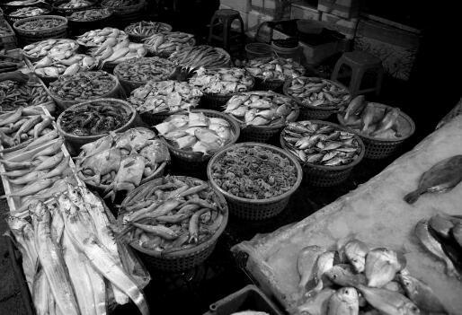 """在海鲜市场上,人头攒动车水马龙,各种叫卖吆喝。摊主们纷纷拿出""""压箱底""""海货,趁着每天的客流高峰,卖上个好价钱。入冬以来, 海鲜的价格普遍都出现了上涨,无论是虾、蟹、鱼还是贝类,涨幅都在30% 到40% 左右。"""