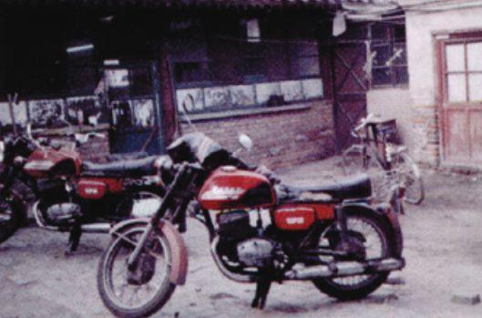"""西教场35号院,摄于1993年。图中的摩托车是祝维沙当年送货的""""坐骑"""""""