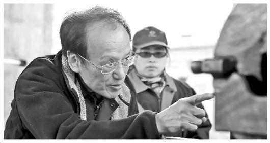 图为王泽山院士在辽阳试验场。 朱志飞 摄来源:法制日报