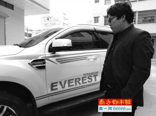 李先生花31万买的新车,到手后发现更换过大灯。   南都记者郭秋成摄