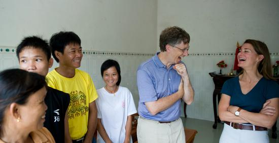 跟來自中國海南省的周明婷(音)一家一起放聲大笑