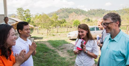 跟柬埔寨拜林的衛生工作者談論瘧疾問題