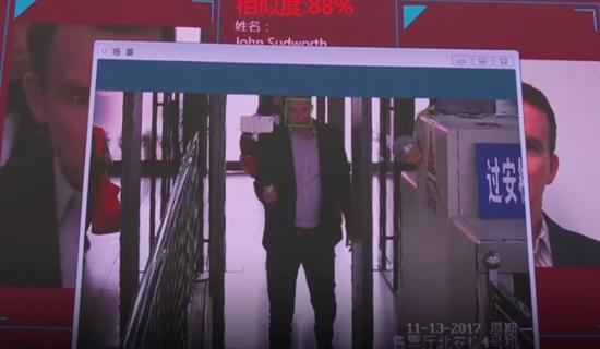 苏德沃斯一走进车站大厅,警察就出现在了他的身后……