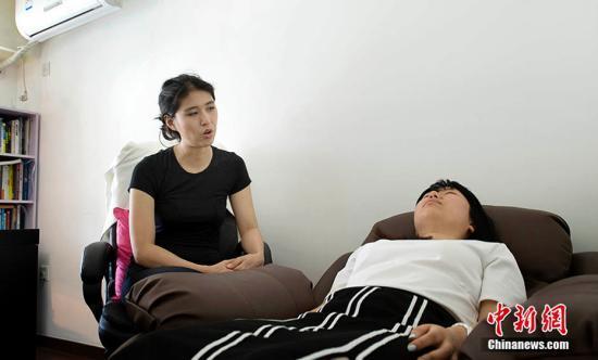 资料图:催眠师在催眠。中新网记者 李泊静 摄