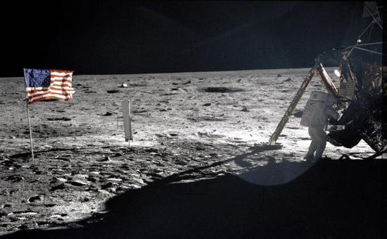 """这张美国航天局提供的资料照片显示,1969年7月20日,""""阿波罗""""11号宇宙飞船指令长阿姆斯特朗站在月球表面上。新华社发"""