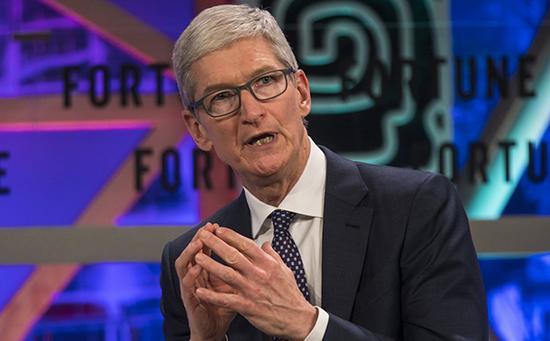 2017年12月6日,中国广州,2017《财富》全球论坛,苹果CEO蒂姆·库克接受采访发言。 东方IC 图
