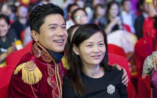 图:李彦宏与妻子马东敏在百度年会上