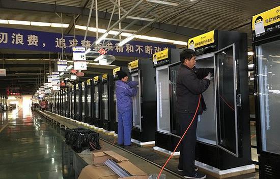 """""""猩·星动力车间""""流水线正在生产猩便利定制的冷柜,来源:界面"""