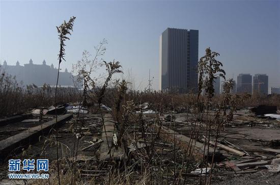 """这是张小雷对外声称的占地200多亩、综合市值近200亿元的""""智慧城""""项目,但至今大片土地尚未开发,其上仅有两栋内部尚未装修的空置楼宇(1月15日摄)。 新华社记者 朱国亮 摄"""