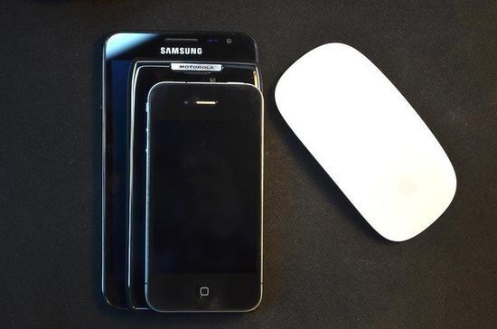 由下到上:iPhone4s,Moto刀锋,三星GalaxyNote