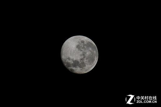 如果只是想发朋友圈炫耀,拍个月亮的特写即可