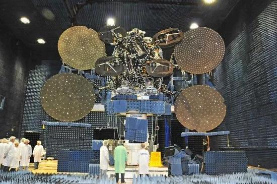 这一颗ViaSat-2高通量通信卫星能力可以打败10年前的100颗通信卫星之和(图片来源:spacenews)
