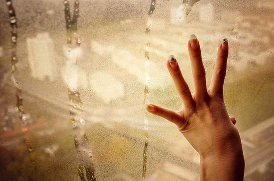 潮湿环境中空气湿度较大会加剧冰箱结冰问题