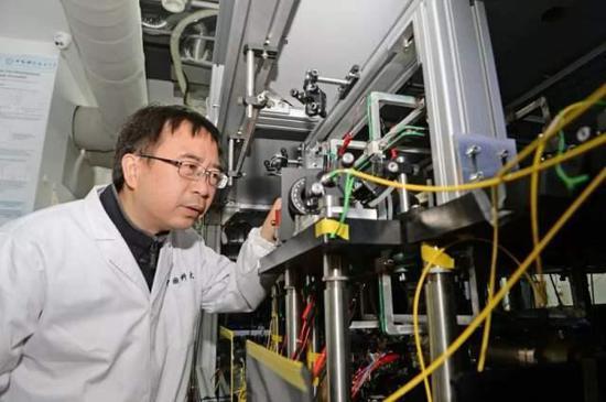 """↑中国""""墨子号""""量子科学实验卫星首席科学家潘建伟院士在中国科大量子存储实验室内了解科研情况(2017年4月20日摄)。张大岗 摄"""