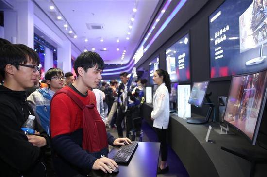 玩家们使用三星显示器CHG70畅玩游戏