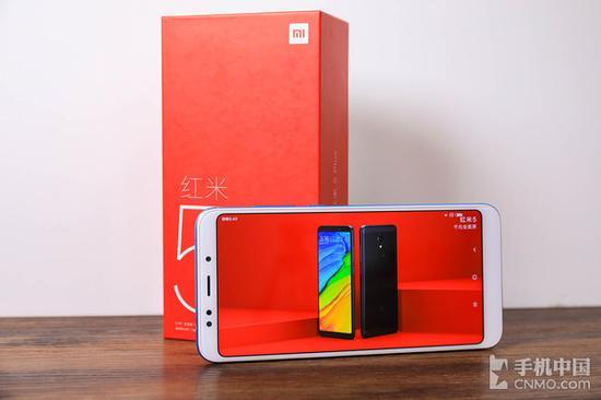 红米5 Plus正面配备一块5.99英寸全面屏
