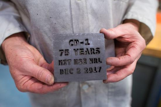 图丨核科学与工程系及核反应堆实验室共同庆祝 CP-1 实现人类首次链式核反应 75 周年。与 MIT 石墨指数堆相同的反应堆级石墨被制成纪念品。